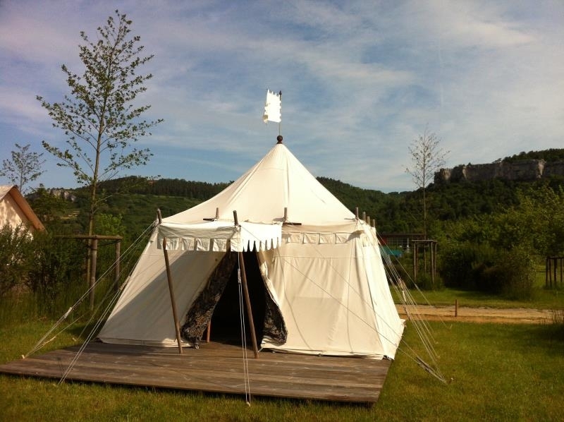 Stay in a 14th century tent! Everythingu0027s set for your comfort and enjoyment! & LANCELOT medieval tent